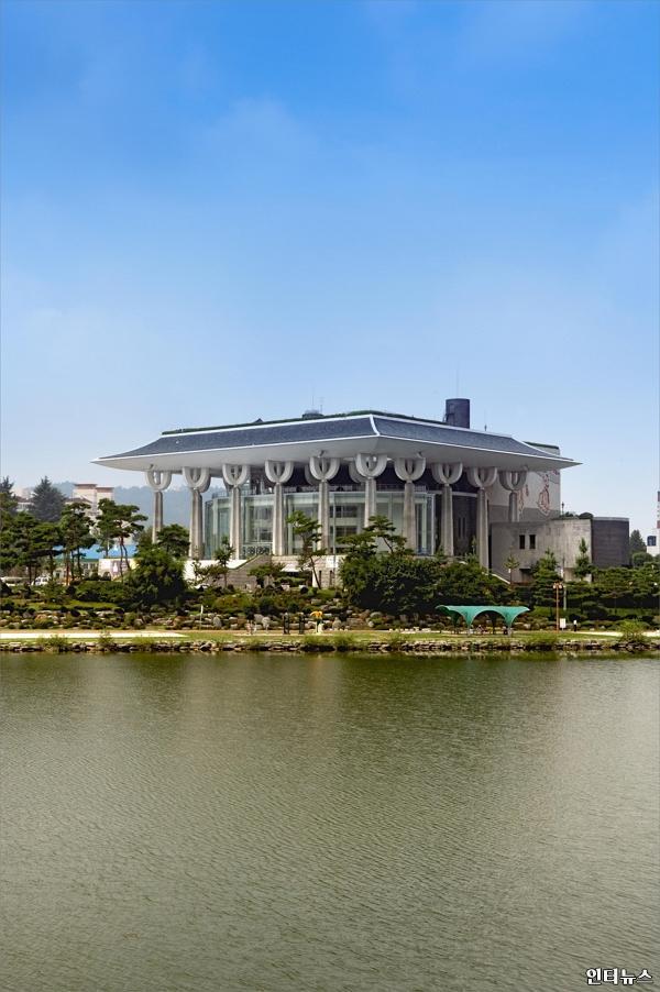 경남문화예술회관전경.jpg