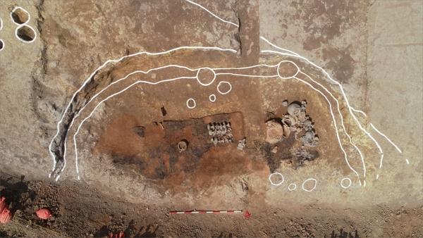 사진3.2구역1호건물지발굴모습(제사관련건물지).JPG